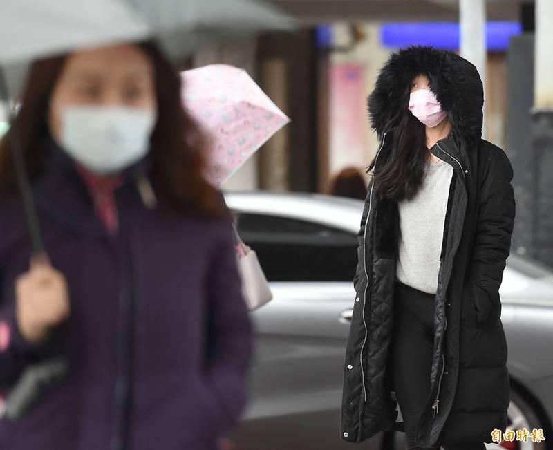 台灣今年以來已有3波寒流陸續抵達,各地民眾穿保暖衣物出門。(記者朱沛雄攝)