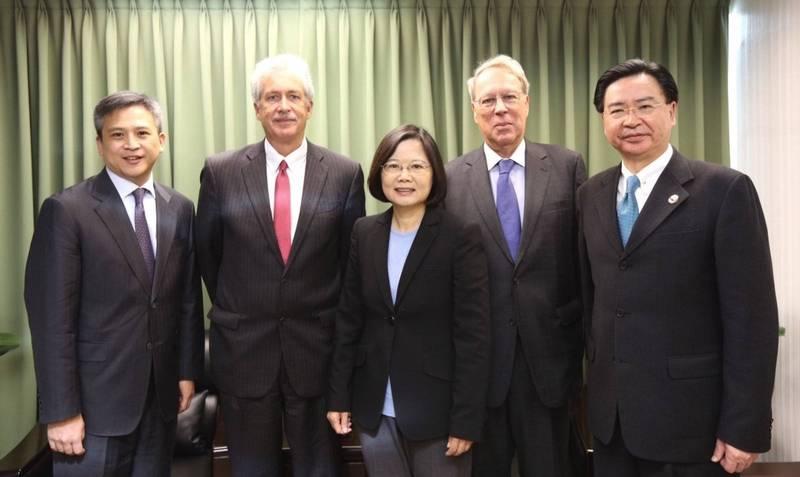 美國總統當選人拜登提名的中央情報局(CIA)局長人選伯恩斯(左二)曾在歐巴馬政府時期出訪台灣,道賀蔡英文(中)於2016年總統大選勝選。(資料照,民進黨提供)