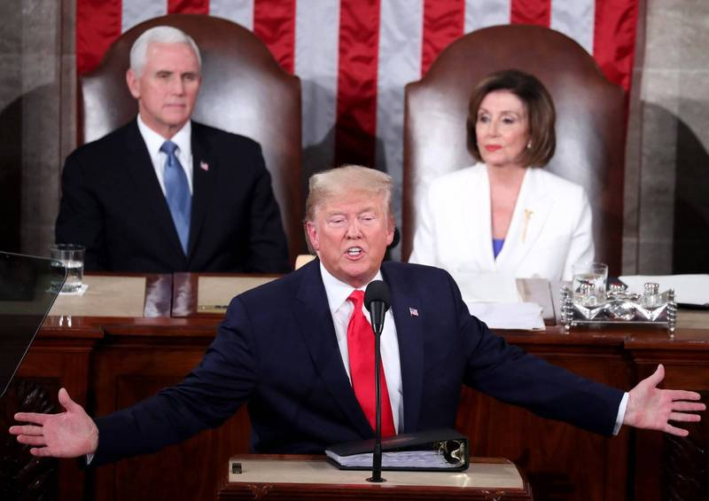 美國聯邦眾議院針對總統川普(前)案二度彈劾預計13日可交付表決。後左為兼任參議院議長的副總統彭斯、右為眾議院議長裴洛西。(歐新社)