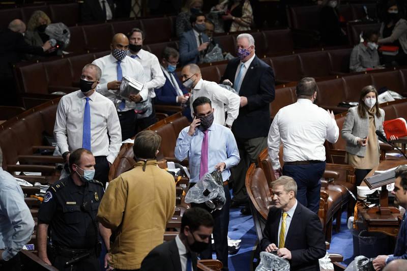 美國國會主治醫師指出,眾議員們撤離至安全地點後,可能曾和該地點內一名確診病患接觸。(美聯社)