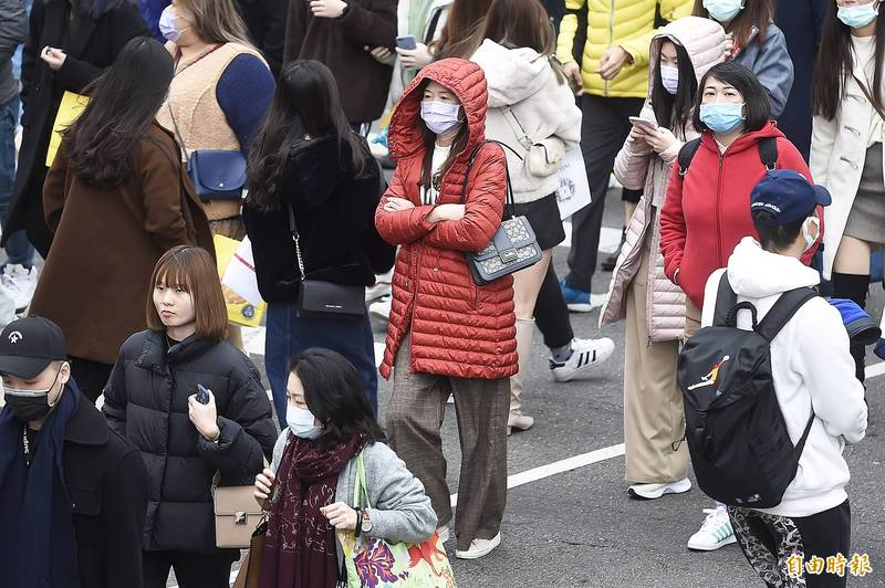 寒流持續南下,北台灣越晚越濕冷,中南部也陸續感受到寒意。(資料照,記者陳志曲攝)