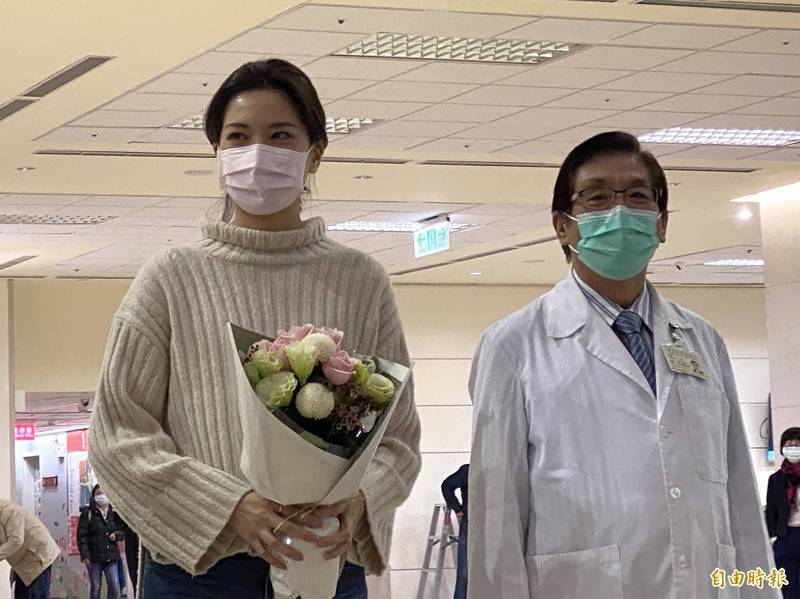 台北市議員鍾沛君(左)特別感謝主治醫師許文虎(右)。(資料照,記者鄭名翔攝)
