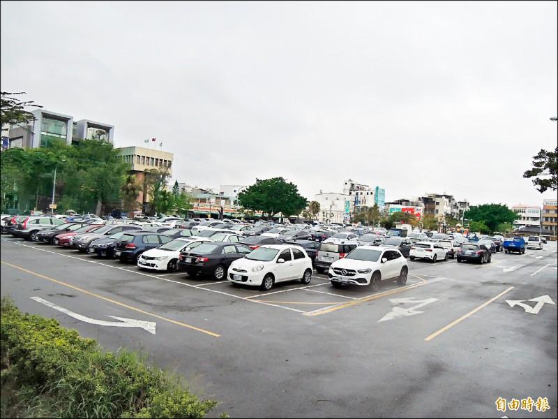 位在苗栗市精華地段的苗農舊校地,目前暫做為停車場之用,將興建全民運動館。(記者張勳騰攝)