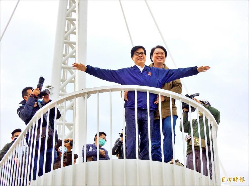 高雄市長陳其邁(左)與基隆市長林右昌(右)為行銷雙港郵輪觀光,在大港橋上示範鐵達尼號橋段。(記者王榮祥攝)