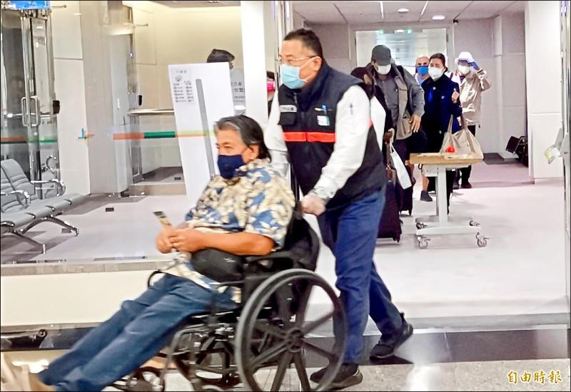 華航關島人道與醫療包機,昨傍晚抵達桃園國際機場。(記者姚介修攝)
