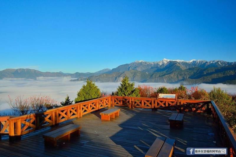 黃源明說,現在雖天氣冷但因天氣穩定,在阿里山小笠原山拍攝楓紅、雲海跟玉山積雪,是最佳時刻。(翻攝漫步在雲端的阿里山臉書)