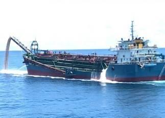 中國抽砂船肆虐台灣淺堆漁場,依法沒入抽沙及運砂船歷經6拍才順利拍出。(澎湖海巡隊提供)