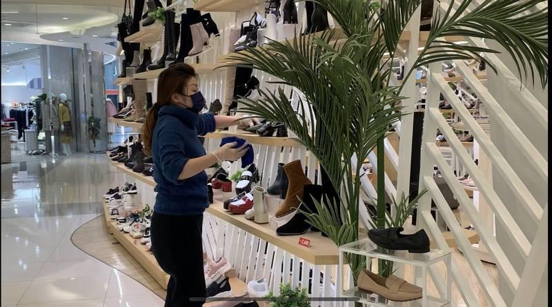 大江購物中心的櫃姐配合全館消毒,分工在營業場所進行全面消毒。(記者李容萍翻攝)