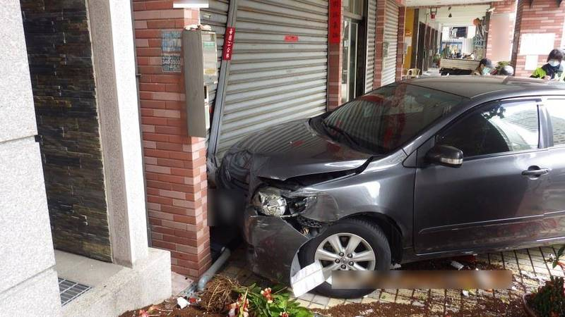 Fw: [新聞] 菜鳥女駕駛練習開車 剛起步就撞毀炸雞店