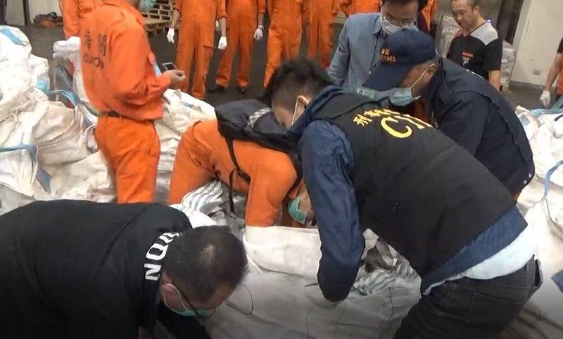 刑事局會同關務署開櫃查驗岩鹽內夾藏的K他命毒品。(記者邱俊福翻攝)