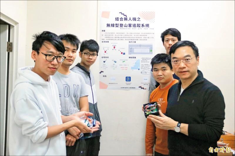 弘光資工系教授童建樺(右一)指導學生蔡政杰(左一)研發「超低耗能山難搜救快速定位系統」。(記者歐素美攝)