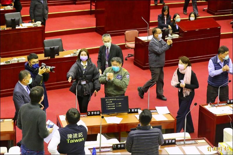 台北市政府2021年總預算僅被刪減3.73億,以1727.7億元過關,刪額及刪幅0.22%皆創市長柯文哲任內最低。柯文哲在議長敲槌通過後,進入議場向議員拱手致謝。(記者鄭名翔攝)