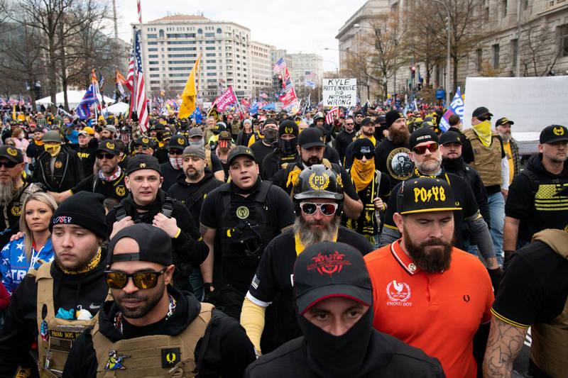 加拿大聯邦政府週末宣布,當局擬將極右翼組織驕傲男孩列為恐怖組織。圖為參與挺川遊行的驕傲男孩成員。(彭博資料照)