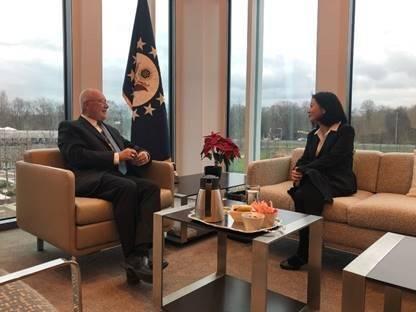 美國駐荷蘭大使胡克斯特拉(Pete Hoekstra)PO多張與我駐荷代表會面的畫面。(圖翻攝自推特)