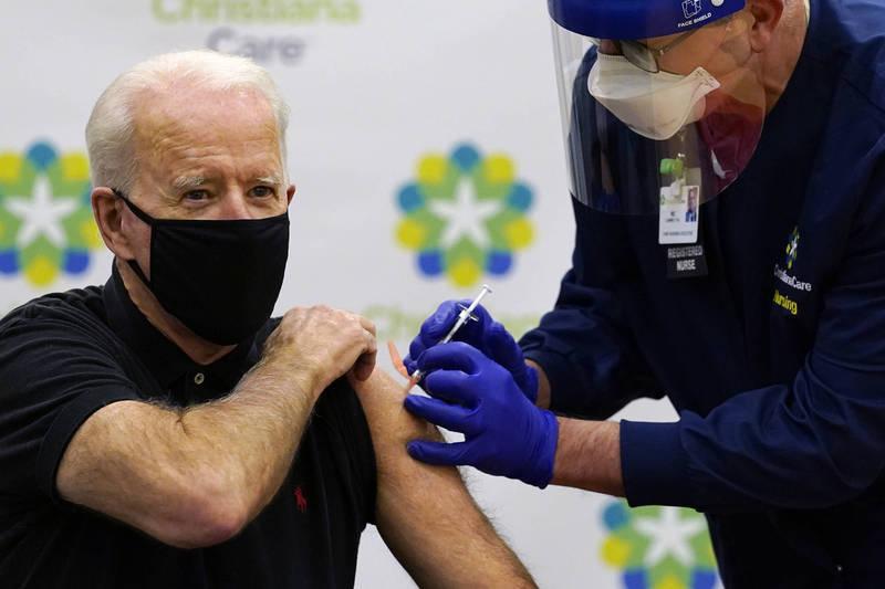 拜登接種第二劑輝瑞疫苗。(美聯社)