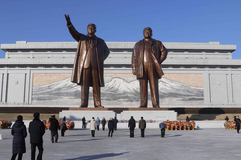 北韓領導人金正恩在本月10日被推舉為勞動黨總書記,南韓媒體分析,這代表金正恩地位與其父親、祖父並肩。圖為金日成、金正日銅像。(美聯社)