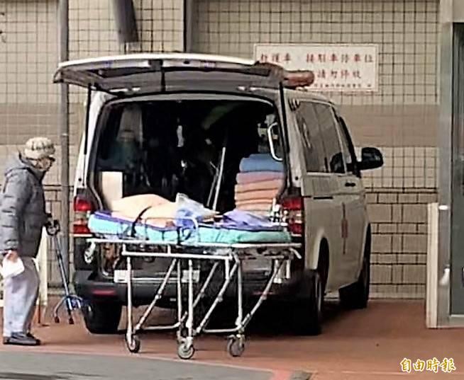 北部某醫院驚傳疑似院內感染,院方商請民間救護車公司協助病患轉院。(本報記者攝)
