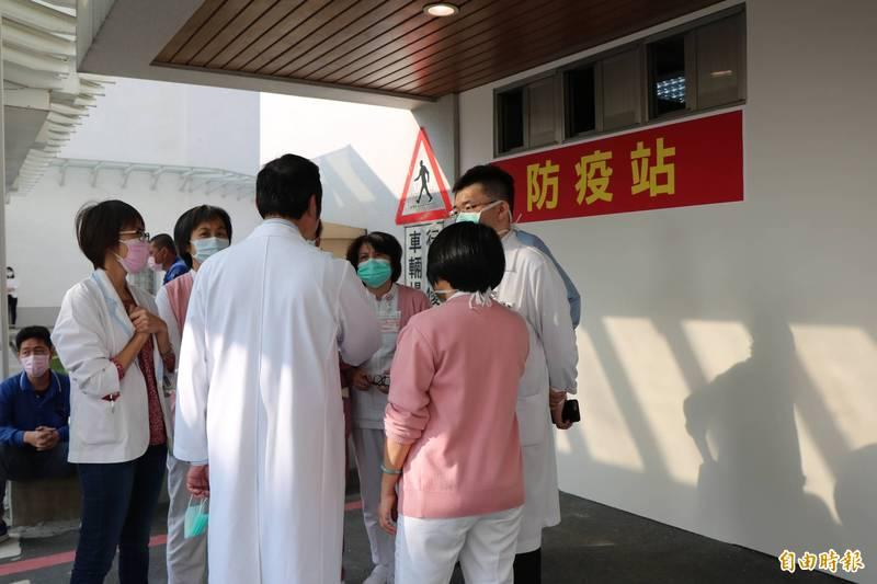 染疫醫護足跡少一處 醫藥粉專嘆氣:前線醫護辛勞奉獻還被酸