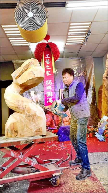 臺灣工藝之家認證工藝師官小欽,木雕藝術工作室在三義鄉揭牌。(苗栗縣文觀局提供)