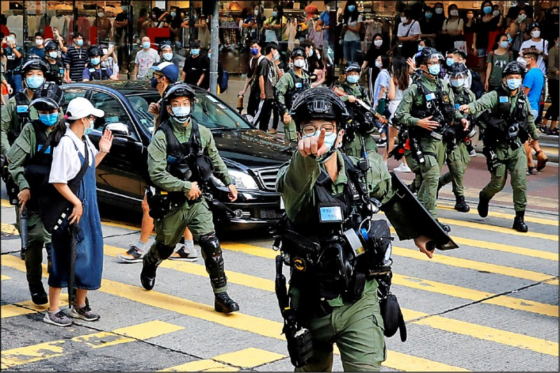 去年九月六日香港民主派支持者上街示威,反對延後立法會選舉,遭鎮暴警察驅離。消息指出,中共將對選舉動手腳,進一步孤立反對勢力。(路透)