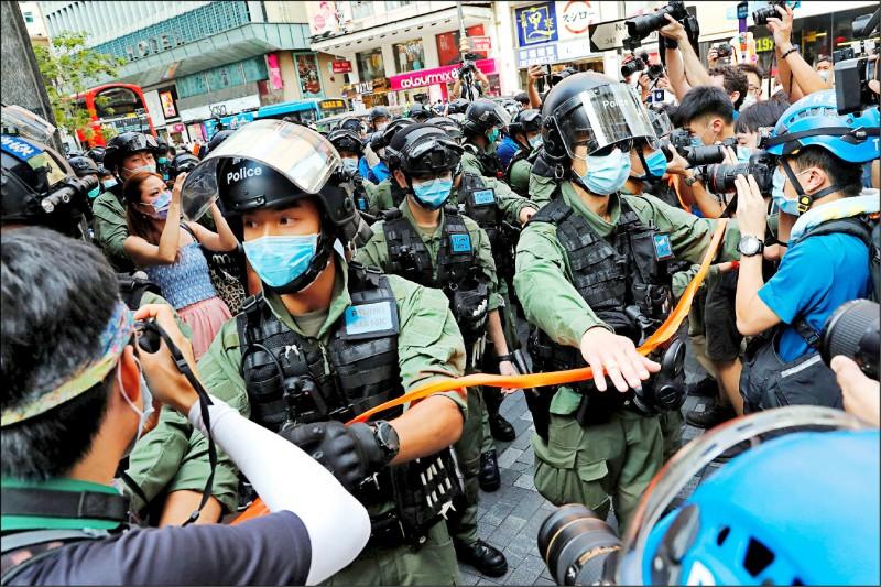 去年九月六日香港民主派支持者上街示威,反對延後立法會選舉,遭鎮暴警察驅離。(路透)