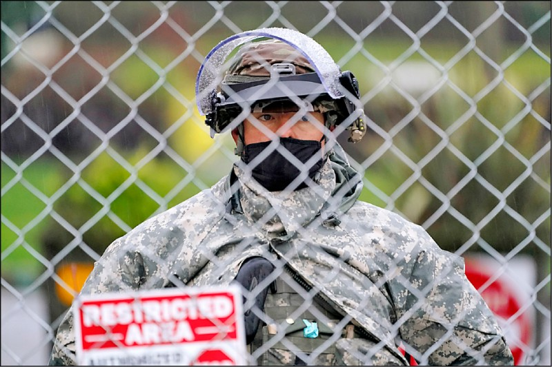 華盛頓州十一日動員國民兵,在該州首府奧林匹亞市的州議會戒備。(美聯社)