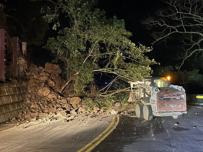 新店台9線北宜公路47.1K處往坪林方向,昨晚樹木和碎石坍方,景美工務段現正移除,預計凌晨1點恢復雙向通車。(記者闕敬倫翻攝)
