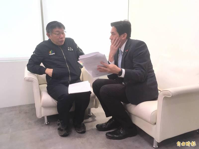 台北市長柯文哲(左)今早上廣播節目接受主持人黃暐瀚(右)專訪。(記者鄭名翔攝)