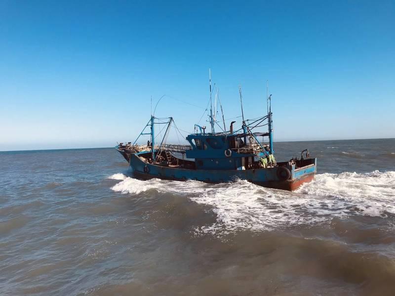 中國籍「閩獅漁運號」漁船,該船非法越界捕魚1000公斤且拒絕停船受檢,今日驅離出境。(記者張軒哲翻攝)