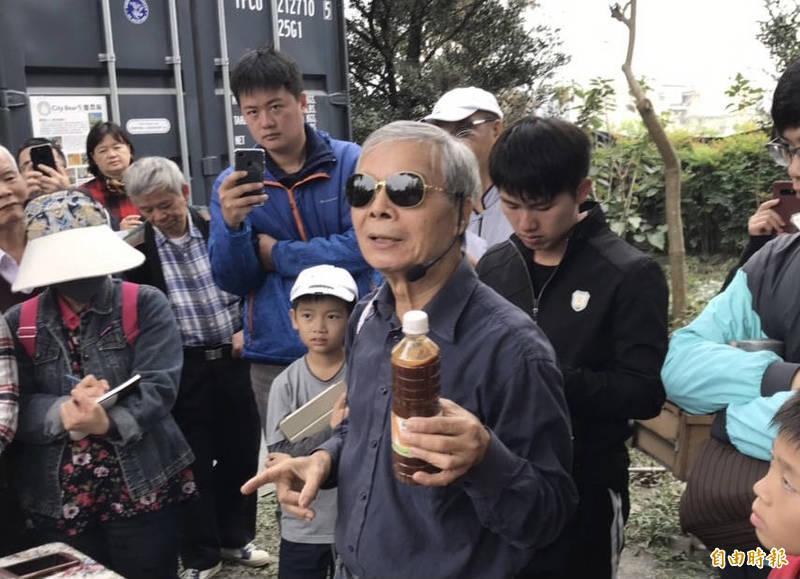 陳世雄指導農民防寒措施。(記者顏宏駿攝)
