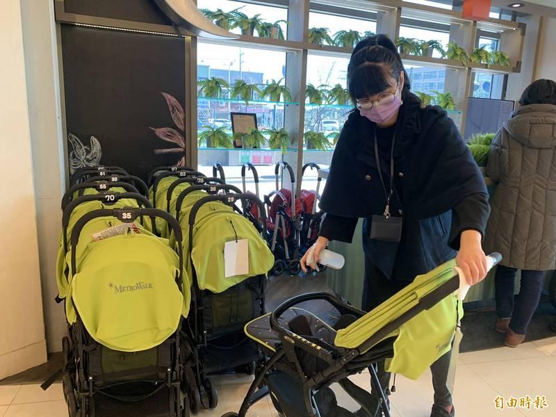 大江購物中心恢復營業,清潔人員加強消毒。(記者李容萍攝)