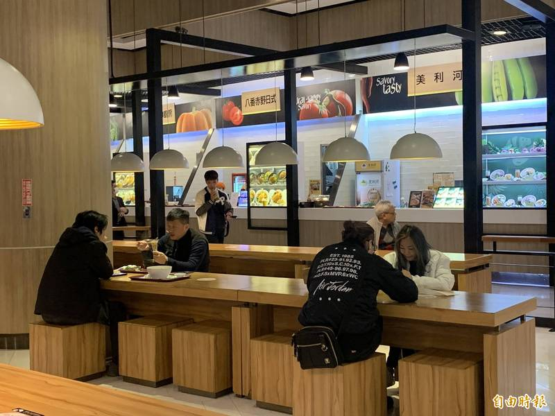 大江購物中心恢復營業,前往用餐民眾覺得環境超乾淨。(記者李容萍攝)