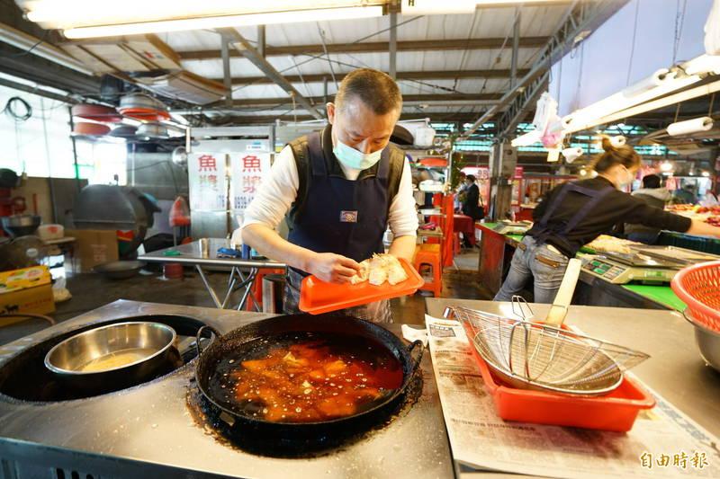 宜蘭市綠九市場業者「富哥南方澳飛虎魚丸」在全國超過500個傳統市場中脫穎而出,躋身僅30家的台灣魚漿王名攤,也是宜蘭唯一入選的攤商。圖中業者正在油炸獲獎的馬蹄丸。(記者蔡昀容攝)