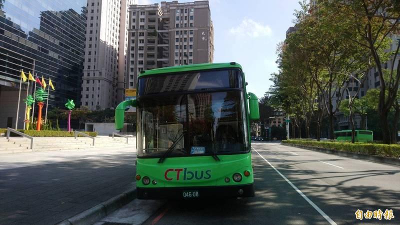 中市公車綁卡問題又再發生,愛金卡持卡者被通知換卡,遭市議員批頭痛醫頭。(記者蘇金鳳攝)
