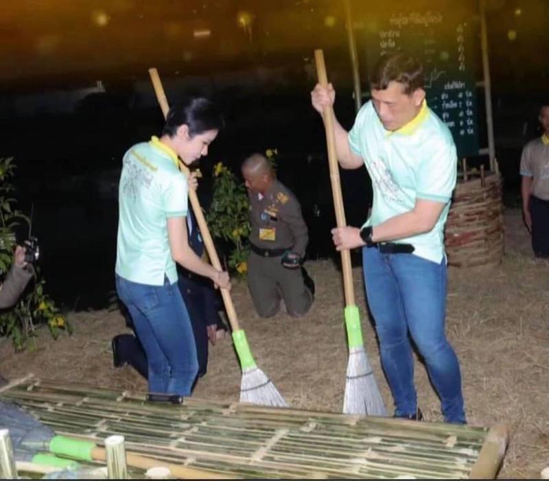 1月12日,社交媒體上流出泰王瓦吉拉隆功與貴妃詩妮娜在監獄掃地照片。(翻攝自臉書Pavin Chachavalpongpun)