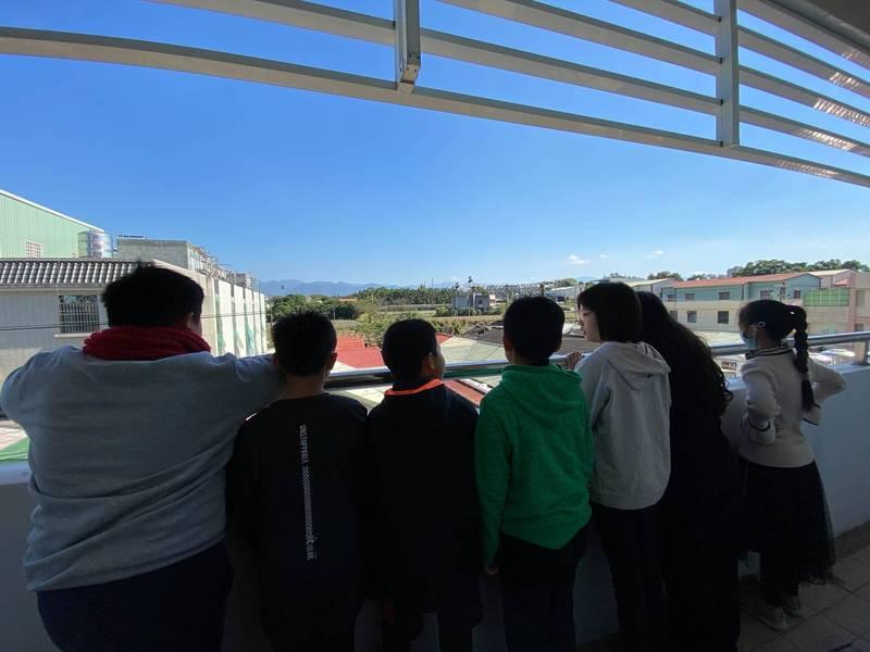 嘉義市精忠國小學生在教室看到玉山積雪美景。(記者林宜樟翻攝)