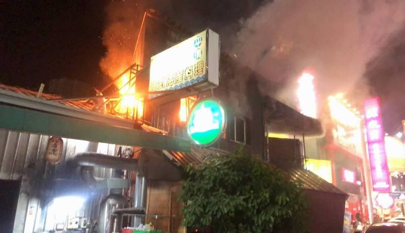 彰化市三民路一家咖啡廳今晚6時許驚傳火警,1、2樓都陷入火海,烈焰沖天。 (記者湯世名翻攝)