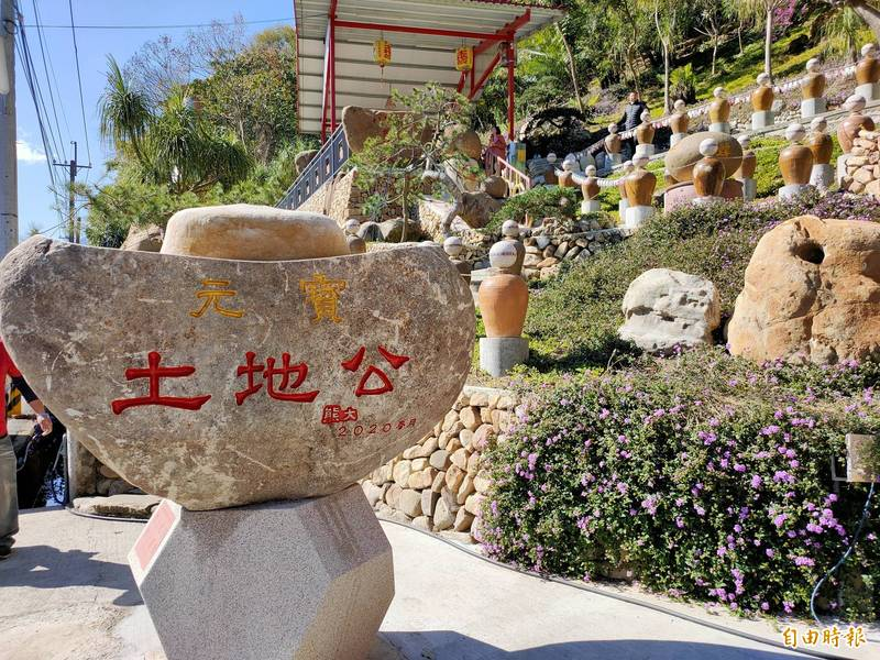 國姓鄉南港村縣道147線旁最近出現一座元寶土地公廟。(記者佟振國攝)