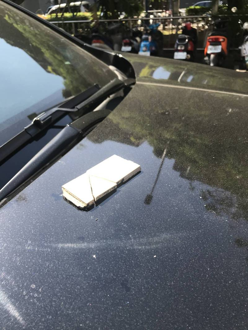 驚!台中大樓磁磚掉落 砸中議員座車