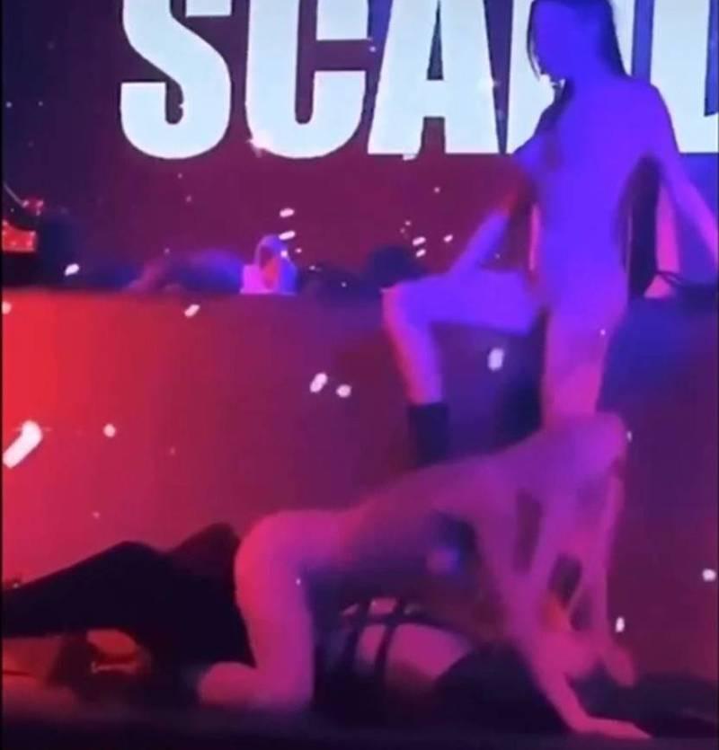 來自白羅斯與烏克蘭的兩名女舞者,穿緊身衣展示胴體,跨坐男舞者身上扭腰擺臀。(記者張瑞楨翻攝自黑色豪門企業)