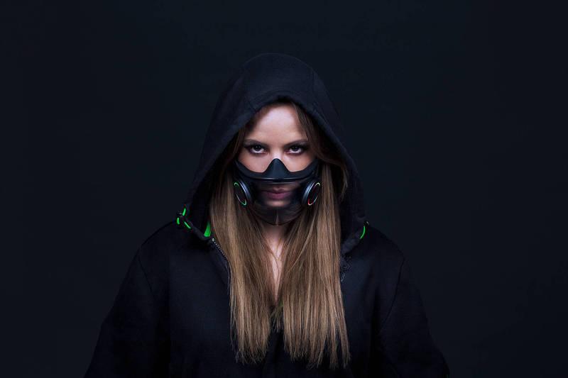 以電競滑鼠等3C設備聞名的雷蛇公司近期也想搶攻口罩市場,設計出可重複使用的智慧型口罩「Project Hazel」,內建麥克風、揚聲器和氣流調節器。(圖片來源:雷蛇官網)