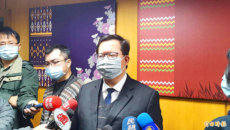 Taoyuan Mayor Cheng Wen-tsan, right, answers questions from reporters in the city yesterday about a telephone discussion he had with Minister of Health and Welfare Chen Shih-chung. Photo: Hsieh Wu-hsiung, Taipei Times