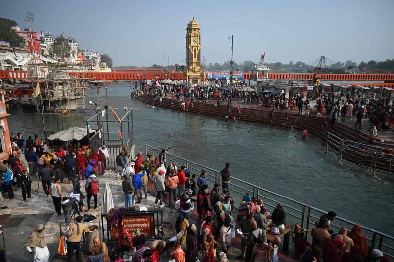 大壺節14日將在印度北部的聖城赫爾德瓦爾登場,在開幕前一天,已有大批民眾無懼疫情湧向恆河。(法新社)