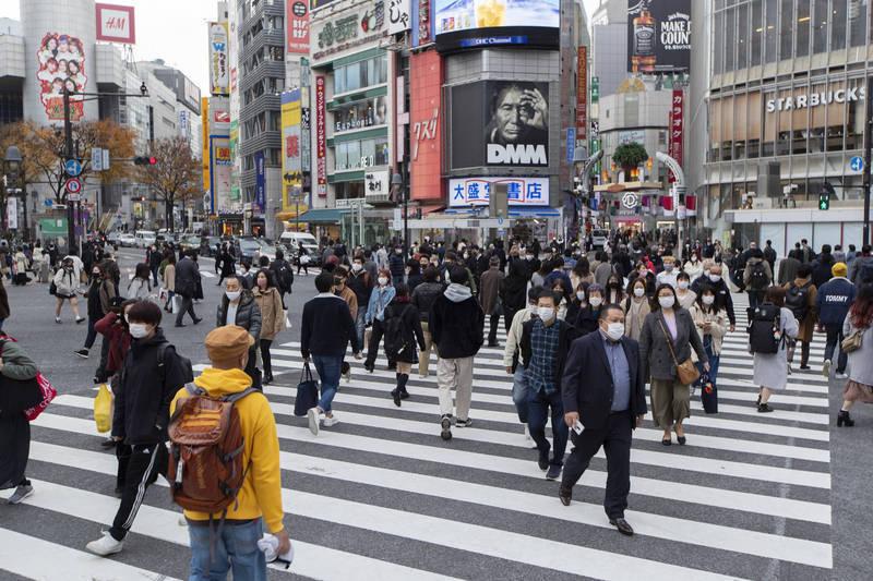 武漢肺炎疫情發生至今,在日本境內查出的確診病例(含豪華郵輪鑽石公主號確診者)累計逾30萬例。去年12月下旬起至今的3週又新增10萬例,新增確診人數有加速之勢。圖為東京。(美聯社資料照)