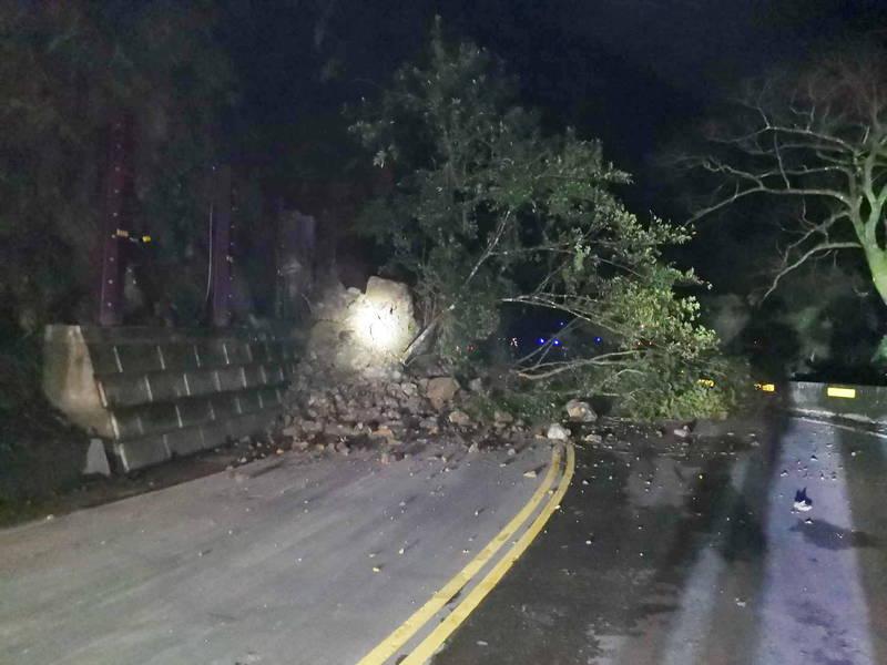 北宜公路(台九線)47.5公里處12日晚間發生土石坍方,一度造成雙向車輛無法通行,目前已開放單線雙向通行。(記者闕敬倫翻攝)