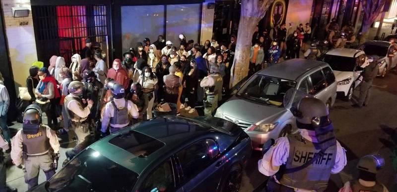 加州洛杉磯武漢肺炎超級傳播者狙擊隊日前加強執法,於當地2間地下派對逮捕182位跑趴民眾。(圖擷自洛杉磯警察局官方推特)