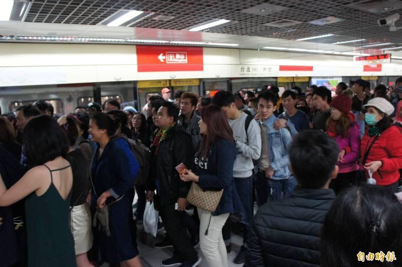 通勤族注意!台北捷運淡水信義線爆異常 乘客被請出車廂