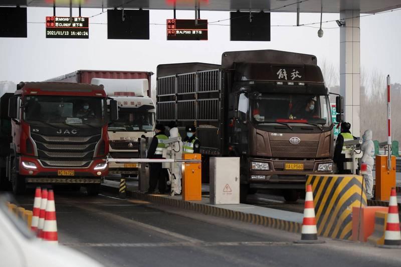 武漢肺炎疫情在河北省蔓延,北京市開始採取嚴防死守措施,聯外道路幾乎都已管制車輛只出不進,陸路交通形同斷絕。(歐新社)