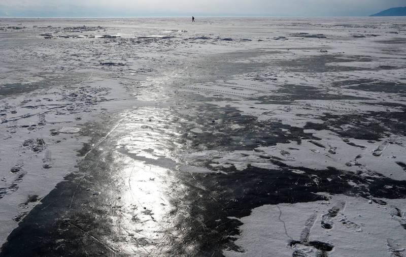 俄羅斯女子在室外零下22℃的氣溫下,潛入貝加爾湖冰層下,僅穿一件泳衣,不換氣游85公尺,創造新的世界紀錄。(路透)