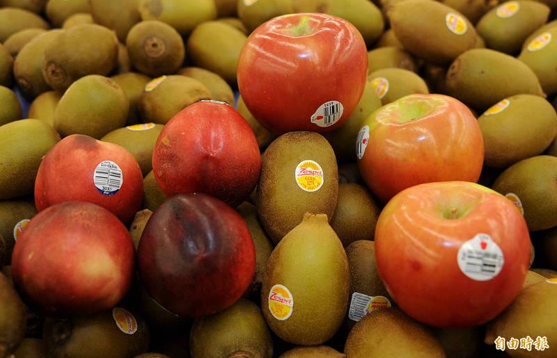 通訊軟體及社群平台於近日流傳指稱,市面販售的水果,標籤上的4位數字大有玄機。(資料照)